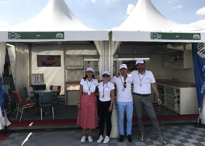 LK Distribution stand Le Mans Classic - Mobilier atelier DEA creme