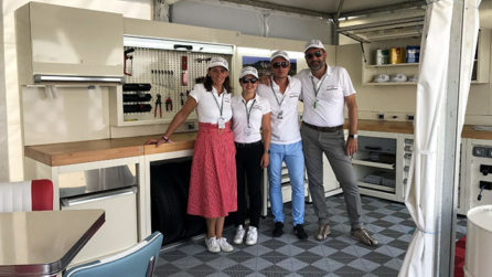 LK Distribution Le Mans Classic 2018 - Mobilier d'atelier DEA creme & bois
