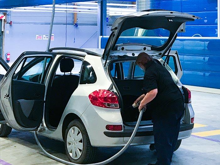 Nettoyage d'un véhicule avec aspirateur centralisé